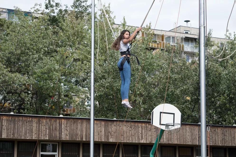 lány levegőben