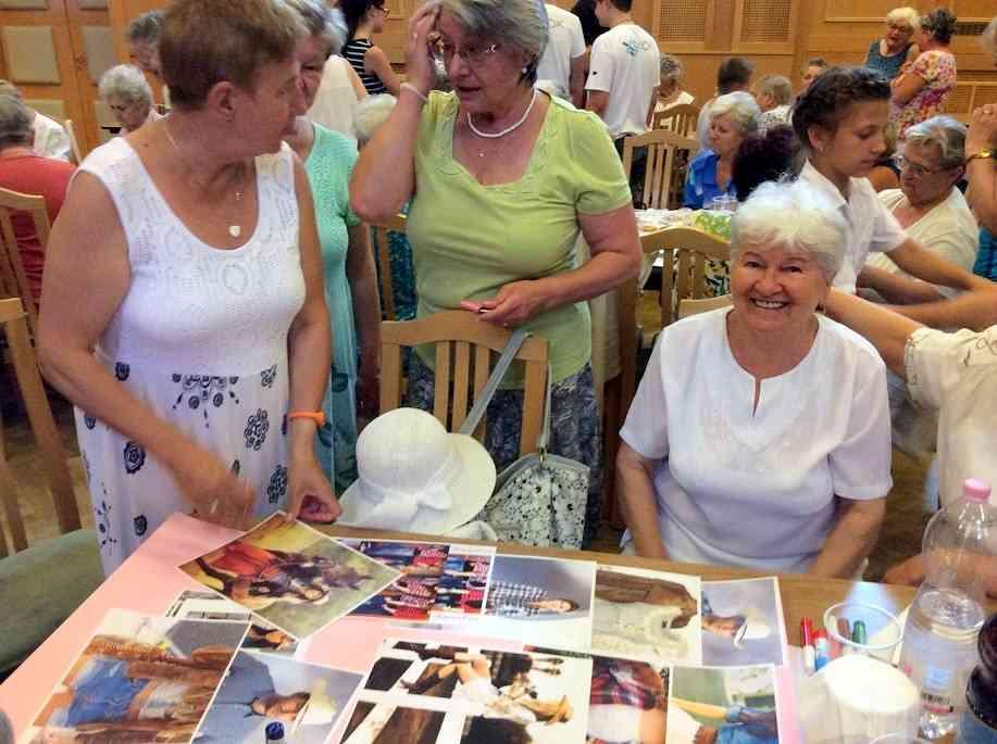 Idősek és fiatalok retró hangulatban